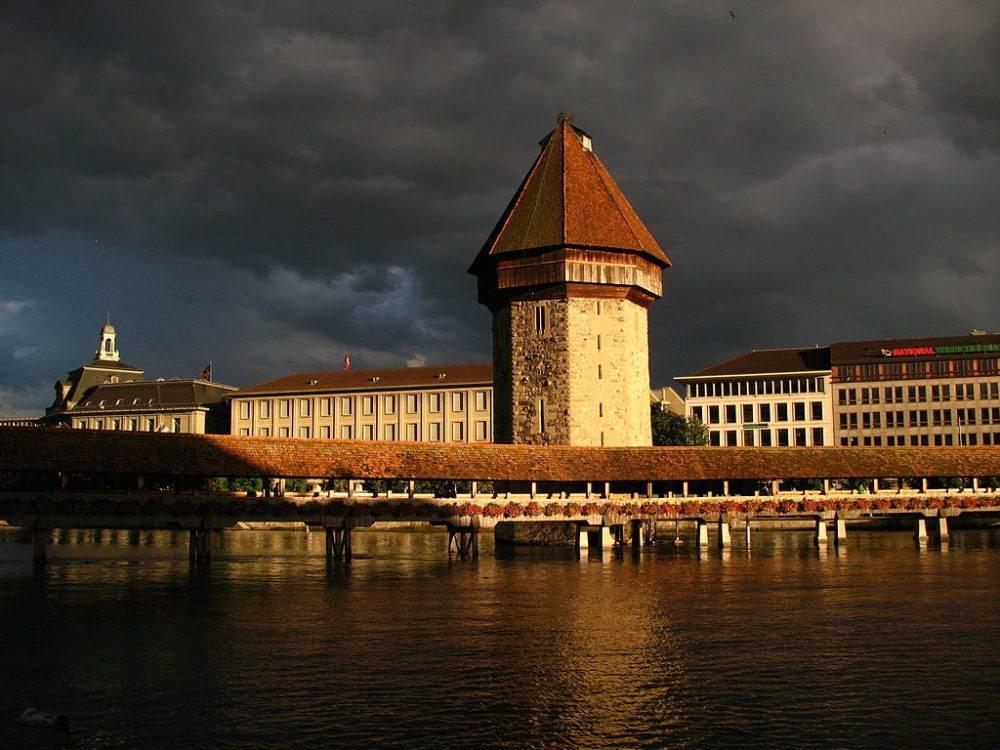 "Kapellbrücke und Wasserturm, Luzern. (Urheber: Andrew Bossi / Wiki / Lizenz: <a href=""http://creativecommons.org/licenses/by-sa/2.5/deed.en"" target=""_blank"">CC</a>)"
