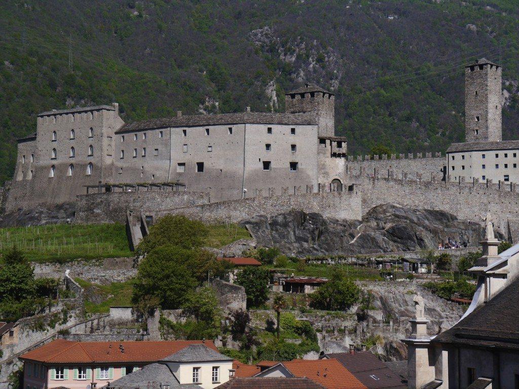 Imposant erhebt sich das Castelgrande vor der Tessiner Bergwelt. (Bild: Zairon / Wikimedia / CC)