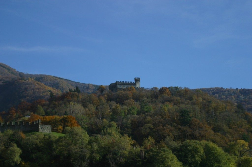Wunderschön in die Landschaft eingebettet ist das Castello di Sasso Corbaro. (Bild: Vale-B*Girl / Wikimedia / CC)
