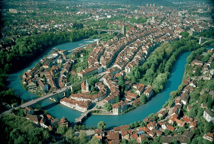 Aus der Luft betrachtet wird der Halbinsel-Charakter der Berner Altstadt deutlich. (Bild: Reaast / Wikimedia / Public Domain)