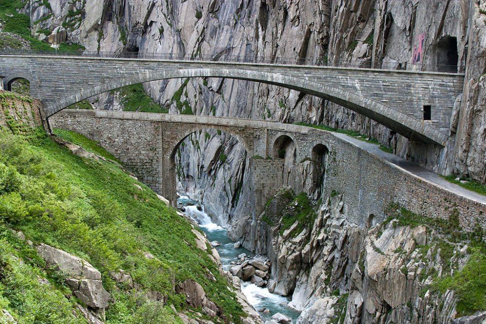 Die alte und neue Teufelsbrücke in der Schöllenenschlucht (Bild: Roland Zumbuehl, Wikimedia, CC)