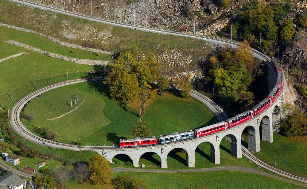 Rhätische Bahn überquert gerade das Kreisviadukt von Brusio (Bild: Kabelleger / David Gubler, Wikimedia, CC)