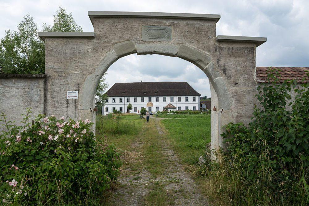Blick auf den Klostergarten und das Frauengästehaus. (Bild: Martingarten / Wikimedia / CC)