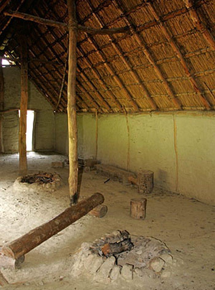 Im Inneren eines Pfahlbaus, Village Lacustre Gletterens (Bild: Roland Zumbuehl, Wikimedia, CC)