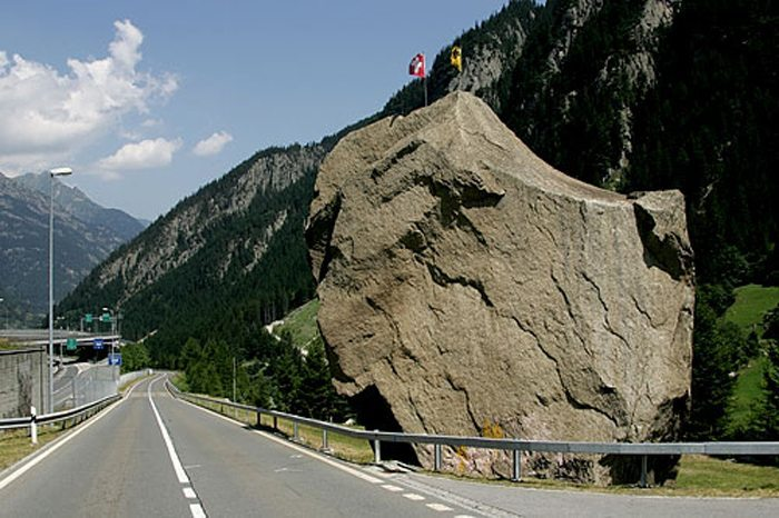 Der zwölf Meter hohe Teufelsstein (220 t) bei Göschenen (Bild: Roland Zumbühl, Wikimedia, CC)