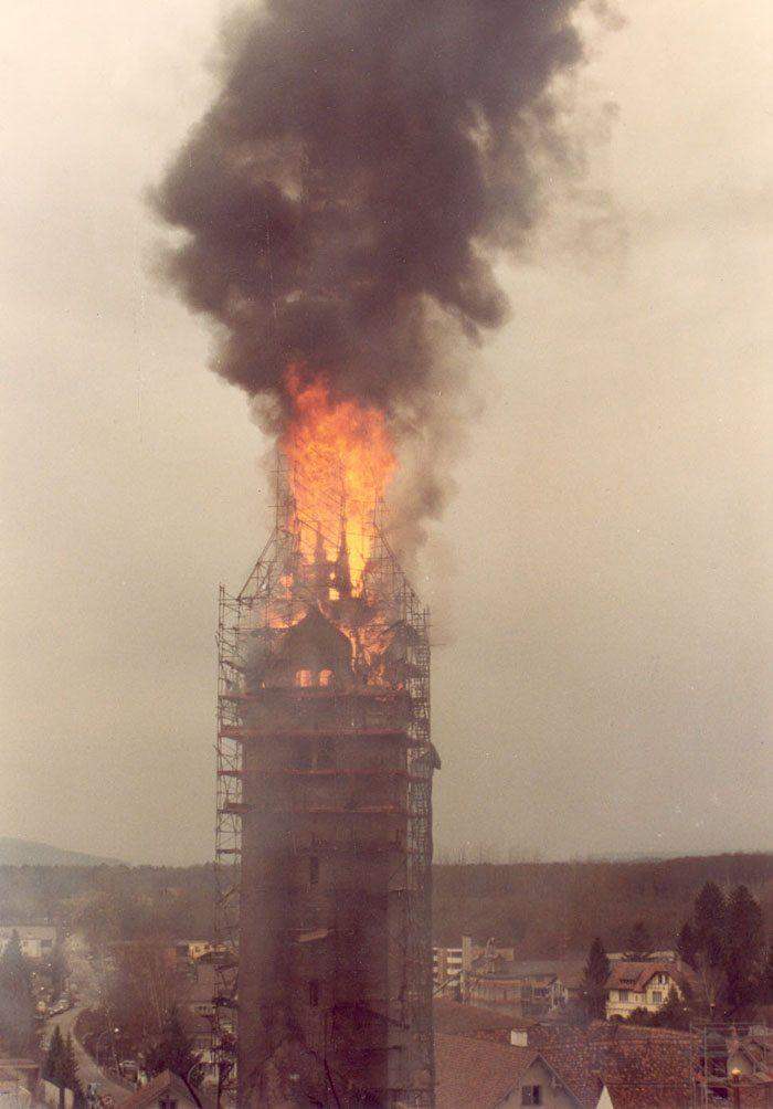 Brand der Stadtkirche Bremgarten am 28. März 1984 (Bild: Micha L. Rieser, Wikimedia, CC)