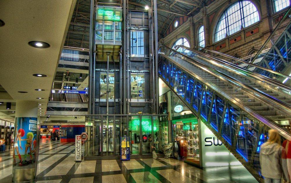 Shopville-Railcity in Züricher Hauptbahnhof  (Bild: Toni, Wikimedia, CC)