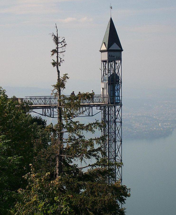 Hammetschwandlift mit Luzern im Hintergrund (Bild: baumanns, Wikimedia, CC)