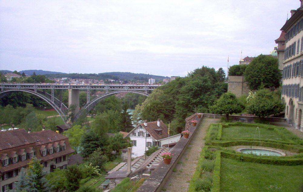 Blick von der Münsterplattform auf die hängende Gärten in der Berner Altstadt (Bild: Puntin1969, Wikimedia, CC)