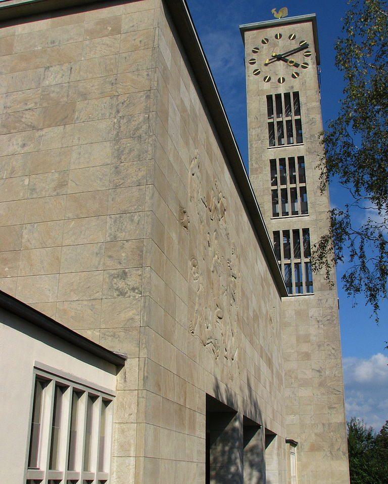 Neue Kirche in Zürich-Wollishofen, Glockenturm und Kirchengebäude (Bild: Roland zh, Wikimedia, CC)