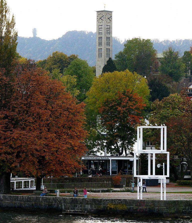 Glockenturm der neuen Kirche – ein markanter Punkt im Quartier Wollishofen (Bild: Roland zh, Wikimedia, CC)