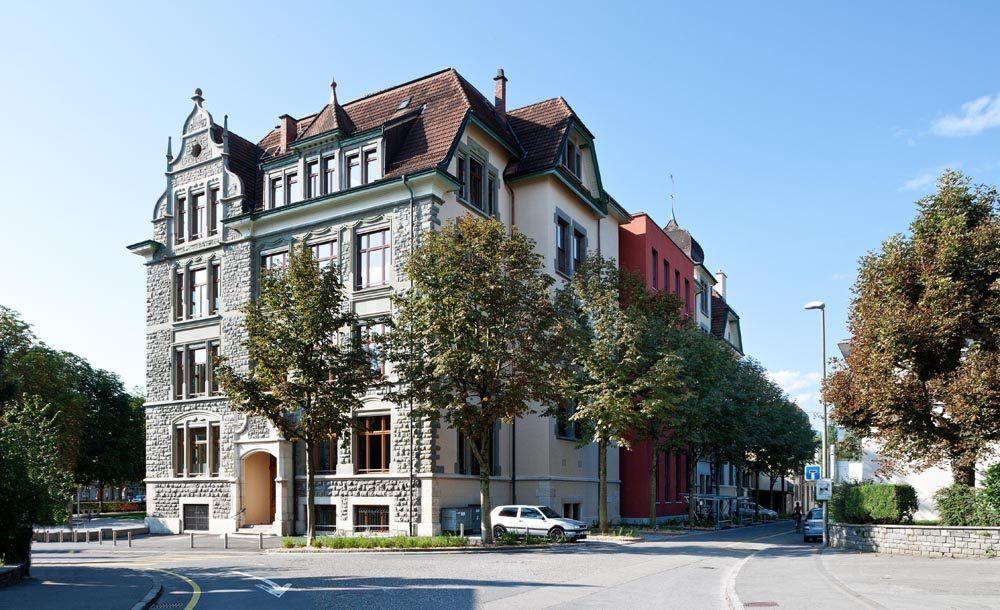 Schulhaus Maihof vom Nord-Osten aus gesehen (Bild: © Kantonale Denkmalpflege Luzern, Theres Bütler)