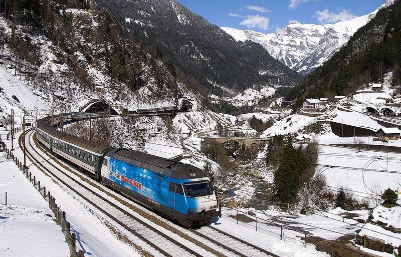 Gotthard-IR nach Locarno an der Gotthard-Nordrampe zwischen Intschi und Gurtnellen (Bild: David Gubler, Wikimedia, CC)