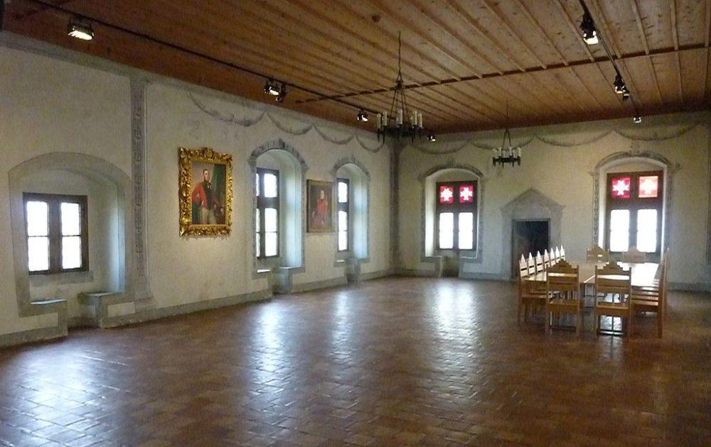 Ritter- bzw. Kapitelsaal mit Zürcher Kachelofen aus dem 18. Jahrhundert (Bild: Adrian Michael, Wikimedia, CC)