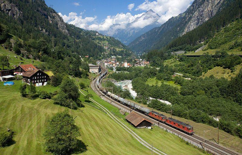 Ölzug auf der Gotthardlinie bei Gurtnellen (Bild: David Gubler, Wikimedia, CC)