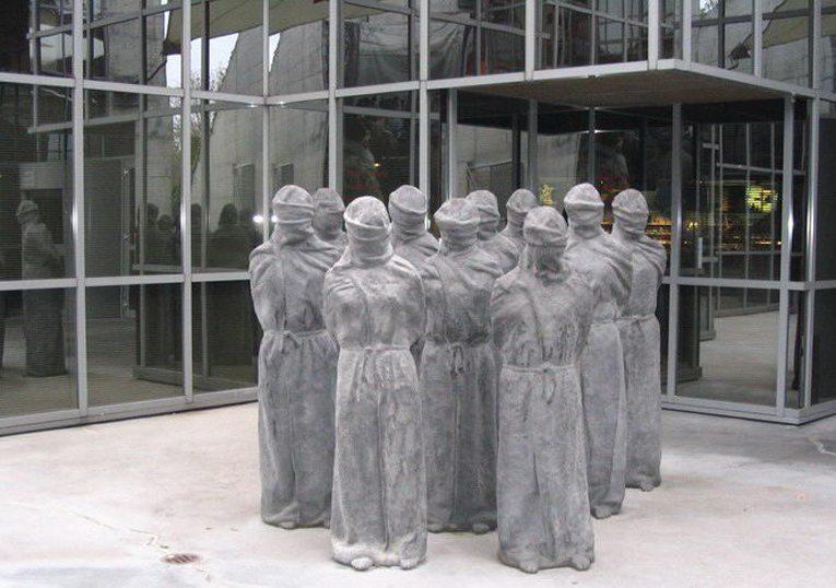 """""""Die Versteinerten"""" am Eingang zum IKRK Museum (Bild: Julia Lukmanova, Wikimedia, CC)"""