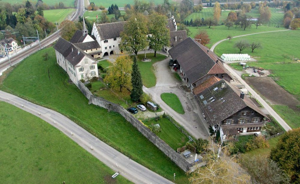 Luftaufnahme vom Ritterhaus in Bubikon (Bild: Tethys, Wikimedia, CC)