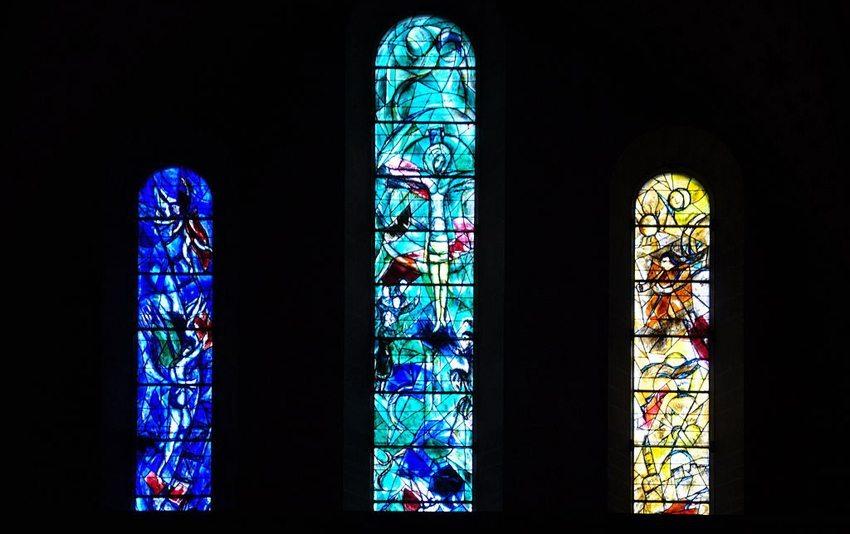 Drei der fünf von Marc Chagall gestalteten Fenster im Chor (Bild: Roland zh, Wikimedia, CC)