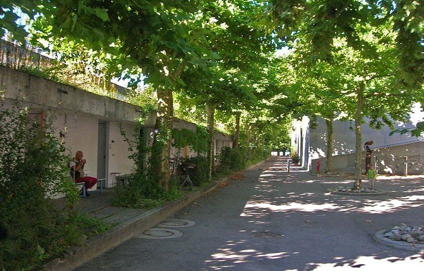 Dorfplatz in der Siedlung Halen (Bild: Ginkgo2g, Wukimedia, CC)