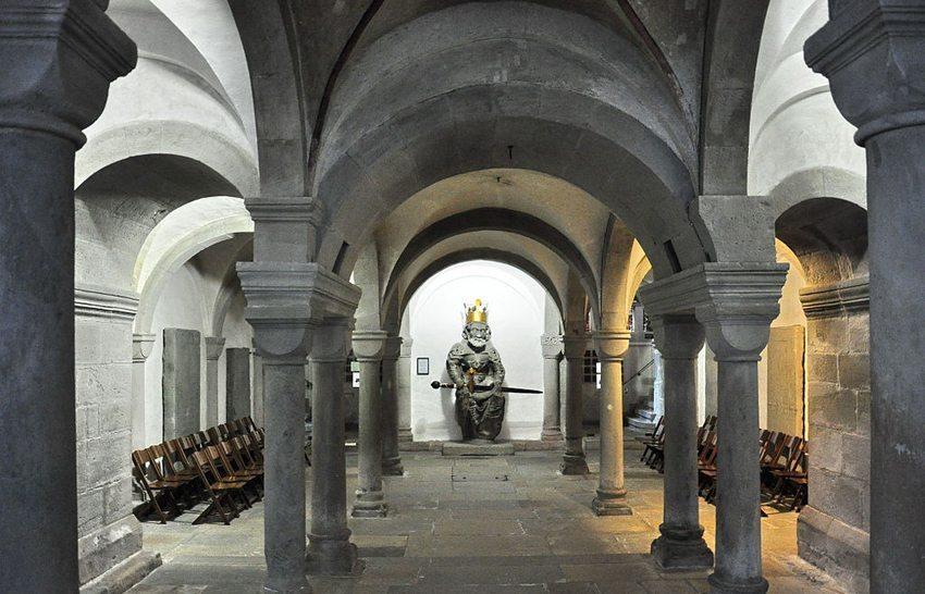 Zürcher Grossmünster – Krypta mit dem Original der Sitzfigur Karls des Grossen vom Südturm (Bild: Roland zh, Wikimedia, CC)