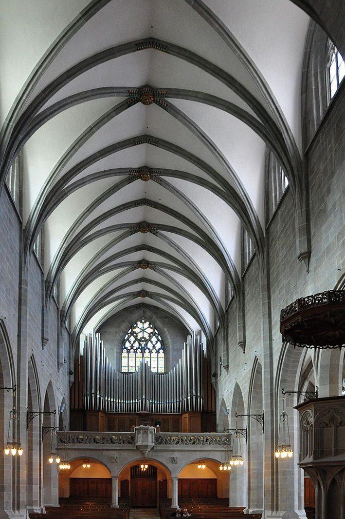Sicht vom Chor auf das Kirchenschiff (Bild: Roland zh, Wikimedia, CC)