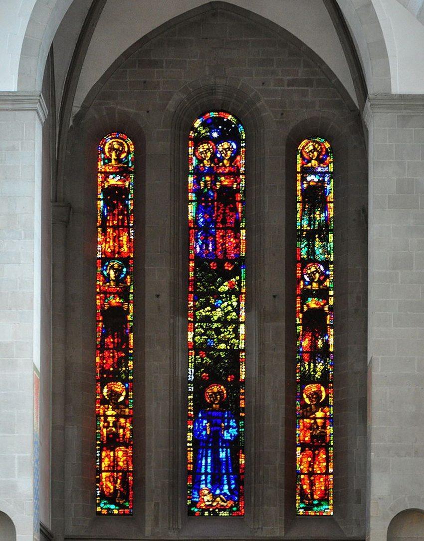 Die Glasfenster – der farbenprächtigste Schmuck der Kirche (Bild: Roland zh, Wikimedia, CC)