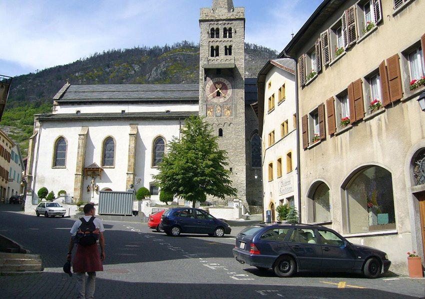 Kopfsteinpflasterung in Leuk unterstützt die charmante Ausstrahlung der historischen Gebäude und Plätze  (Bild: Peter Berger, Wikimedia, GNU)