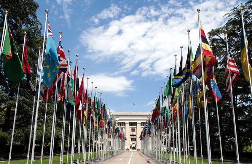 Der Eingang zum Palais des Nations in Genf (Bild: Tom Page, Wikimedia, CC)