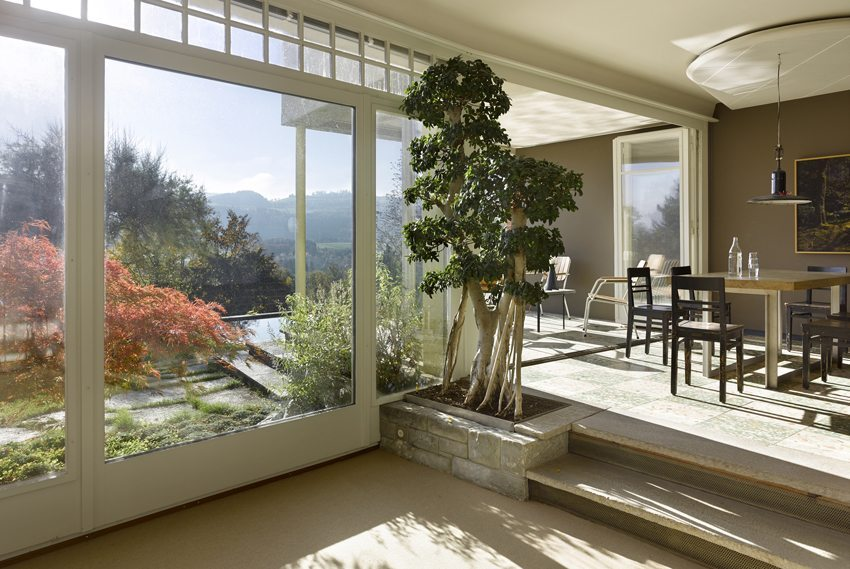 Herrliche Aussicht und Licht als Bestandteile des Ambiente im Wohnhaus der Familie Althaus (Bild: Alexander Gempeler)