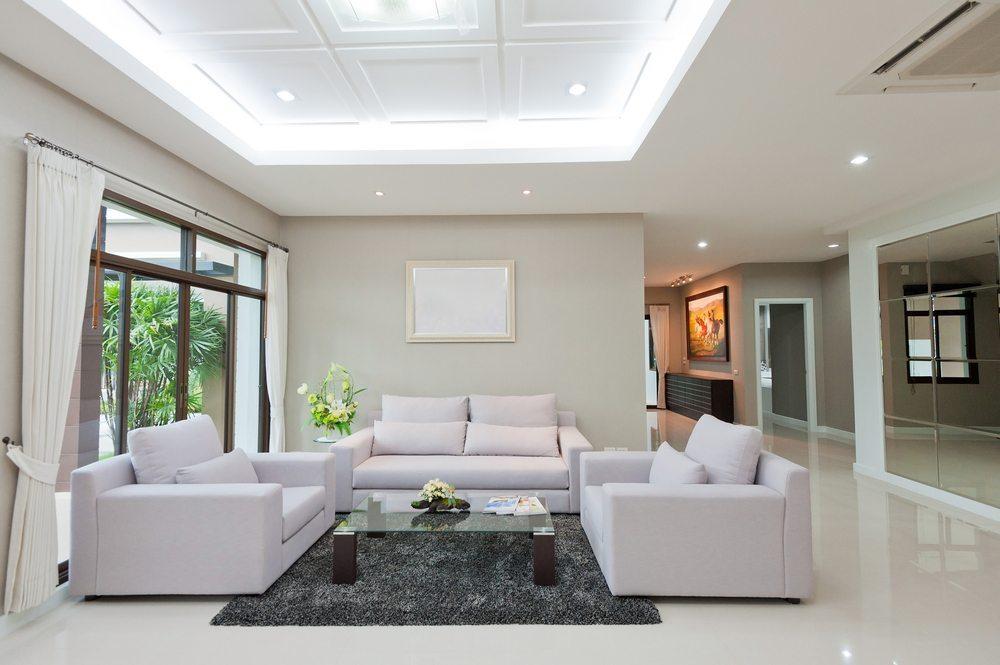 Wie wichtig das Sofa für die Wohnungseinrichtung ist, messen wir nicht nur am Design, sondern auch am Wohlfühlfaktor. (Bild: Det-anan / Shutterstock.com)