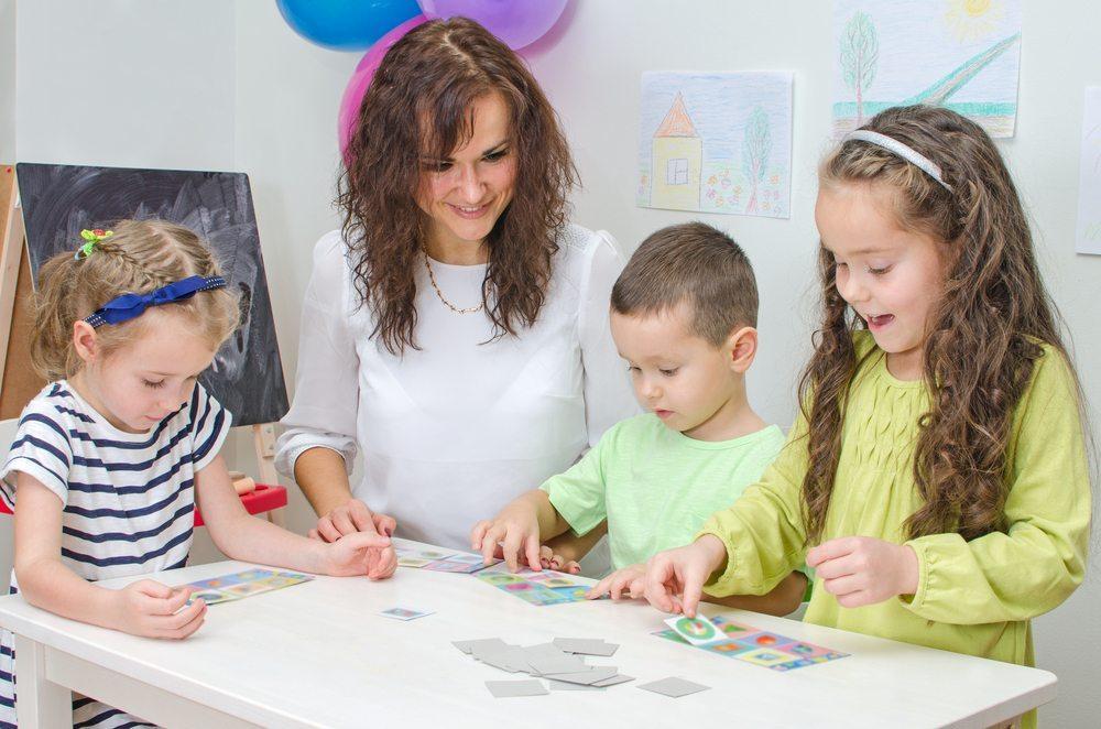 Auch das Kinderhotel Oberjoch bietet an sieben Tagen die Woche eine professionelle Kinderbetreuung an. (Bild: DmitriMaruta / Shutterstock.com)