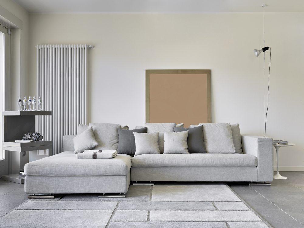 Das perfekte Sofa sollte viel Platz auf wenig Raum bieten. (Bild: adpePhoto / Shutterstock.com)