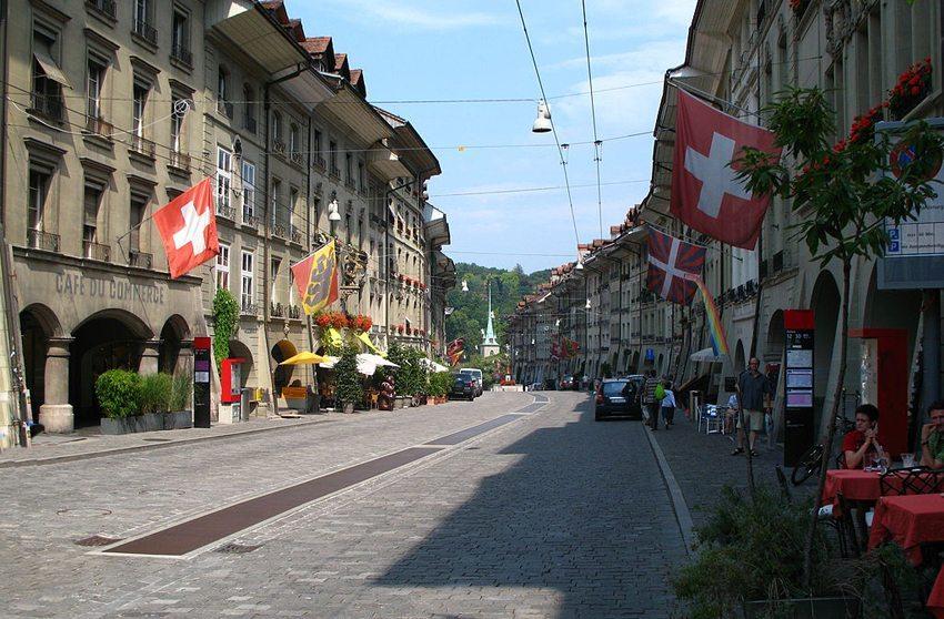 Wenn die Blase drückt, haben Touristen keinen Blick für Berner Sehenswürdigkeiten (Bild: Andrew Bossi, Wikimedia, CC)