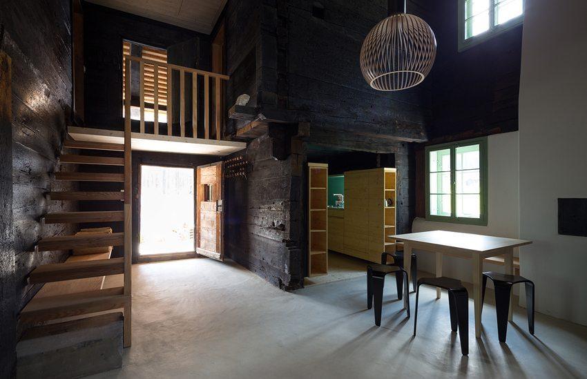 Ab Juli 2014 kann man in diesem mittelalterlichen Holzhaus als Feriengast bleiben. (Bild: Schweizer Heimatschutz / Ferien im Baudenkmal)