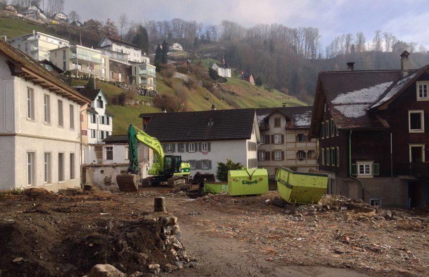 Trotz der Intervention des Schweizer Heimatschutzes wurden in Schwyz mehrere Häuser mit einer über 700jährigen Geschichte im Dezember 2013 dem Erdboden gleichgemacht. (Bild: Schweizer Heimatschutz / Ferien im Baudenkmal)