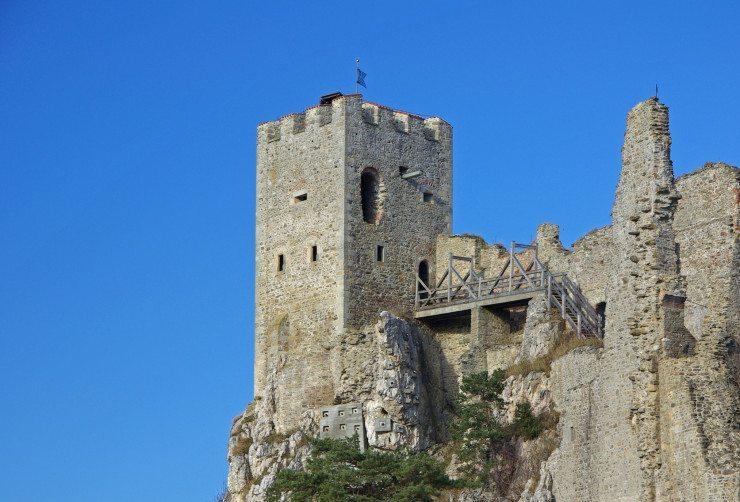 Manche Denkmäler liegen weitab befahrbarer Strassen. (Bild: © Bergfee - Fotolia.com)