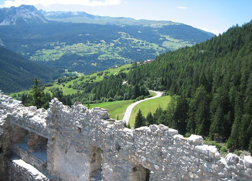 Die Burgruine Belfort – Ausblick nach Brienz (Bild: Adrian Michael, Wikimedia, GNU)