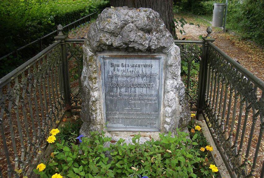 Die Grabstätte des berühmten Dichters und Revolutionärs Georg Büchner (Bild: Paebi, WIkimedia, CC)