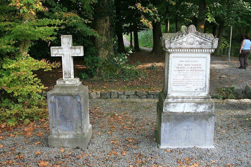 Grabsteine vor dem Schloss Hallwyl (Bild: Badener, Wikimedia, CC)