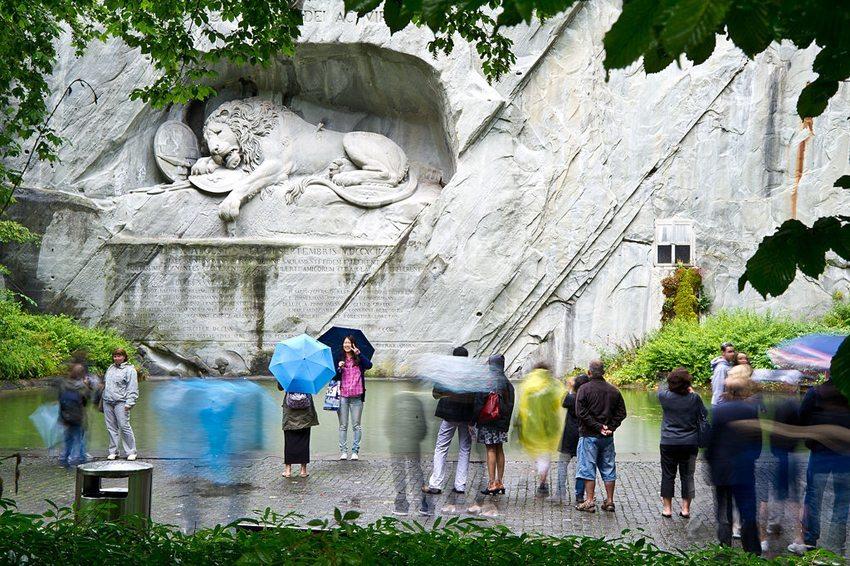 Löwendenkmal Luzern – stets von Touristen besucht. (Bild: Leiju, Wikimedia, CC)