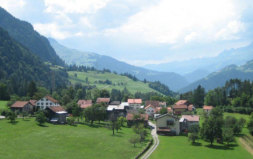 Valendas Carrera - in einer paradiesisch schönen Gegend hoch über dem Rhein (Bild: Adrian Michael, Wikimedia, GNU)