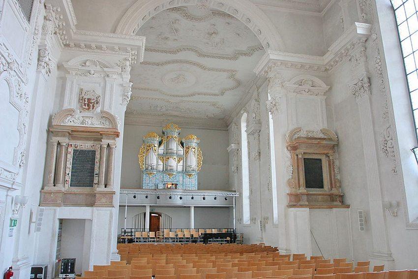 Die spätgotische Jesuitenkriche in Pruntrut – Innenansicht (Bild: Polo7, Wikimedia, CC)