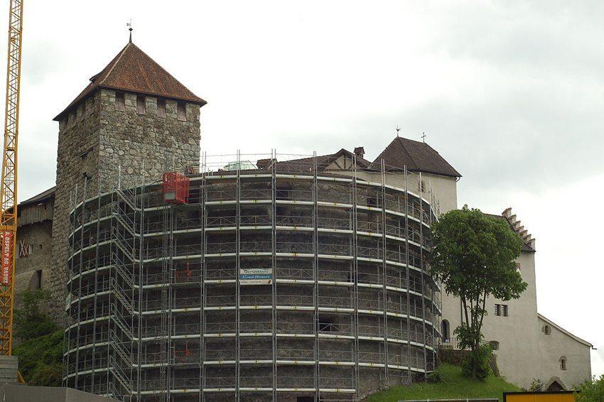 Schloss Vaduz – in Liechtenstein gibt es nur wenige historische Baudenkmäler, sodass die Denkmalpflege recht wenig zu tun hat, dafür aber effektiv tätig werden kann. (Bild: Norbert Aepli, Wikimedia, CC)