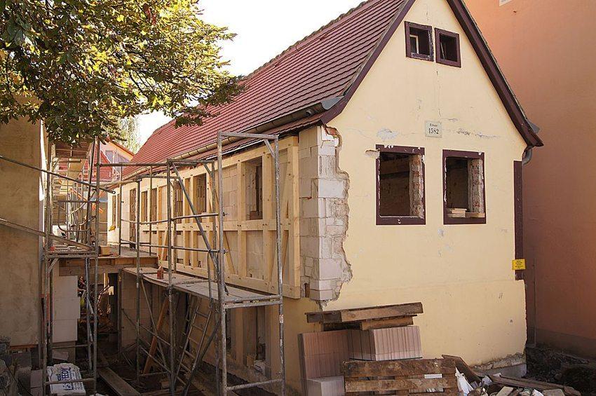 Die Kosten für Aussen- und Innenrenovation stellen viele private Hausbesitzer vor unlösbare finanzielle Probleme. (Bild: Don-kun, Wikimedia, CC)