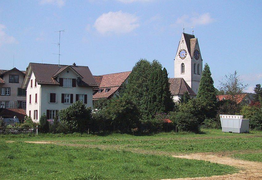 Das Dorf Dürnten im Zürcher Oberland (Bild: Berger, Wikimedia, GNU)