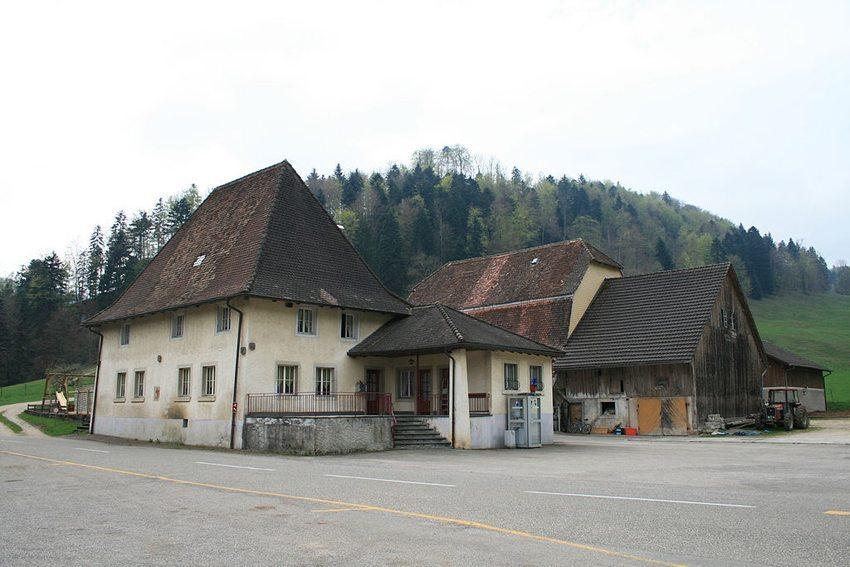 Häuserensemble im Weiler Lucelle (Bild: Badener, WIkimedia, CC)