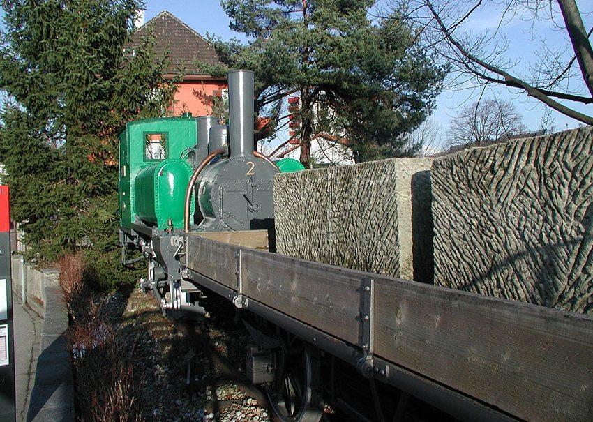 An der Bushaltestelle Zollgasse aufgestellte Zahnradlokomotive mit Wagen, die von 1876 bis 1902 Sandsteine aus den Brüchen in die Station Ostermundigen transportierte. (Bild: Erich Iseli, Wikimeddia, GNU)