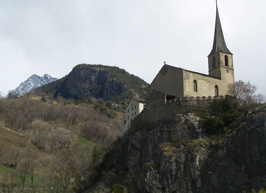 Burgkirche in Raron, mit Grabstätte des Lyrikers Rainer Maria Rilke (Bild: H.Grob, Wikimedia)
