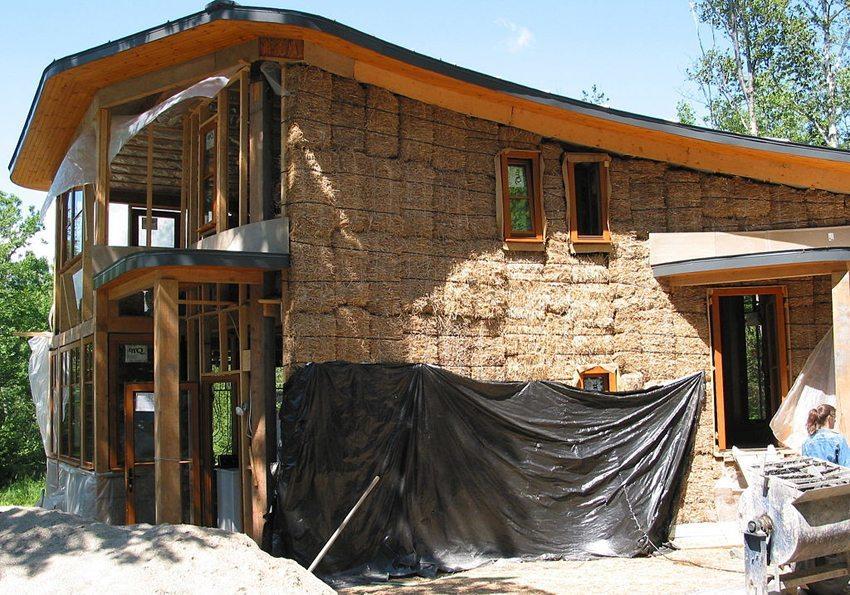 Bauweise eines Strohhauses (Bild: Colin Rose, Wikimedia, CC)