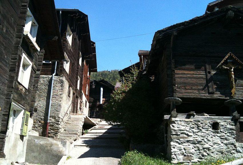 Typische Häuserzeile mit alten Stallungen in Visperterminen (Bild: Xenos, Wikimedia, CC)